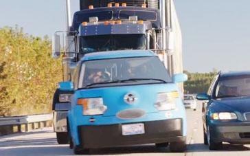 《假期历险记》精彩片段 倒霉一家遭卡车追逐翻车
