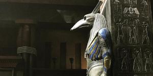 《X战警:天启》曝新片场照 巨大雕像靠墙而立