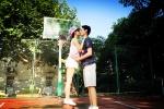 张嘉倪站篮球上和男友激吻 自嘲城里人都这么会玩