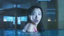 《恐怖游泳馆》预告 长发女鬼浮出水面吓坏众人