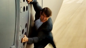 《碟中谍5》中文片段 舱门紧闭阿汤哥手扒运输机