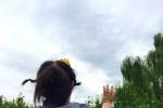 邓超孙俪女儿满十五个月 坐老爸脖子挥手打招呼