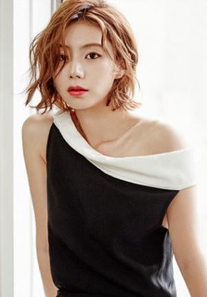 裴勇俊娇妻婚后最新写真曝光 小露香肩诠释优雅