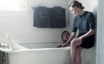 《失忆》精彩片段 陌生女郎为男子清洁陈述过往