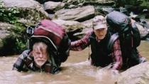 《林中漫步》精彩片段 俩老顽童步履蹒跚跌入溪中