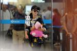 曝佟丽娅现身机场穿平底鞋或怀孕 抱玩偶遮小腹