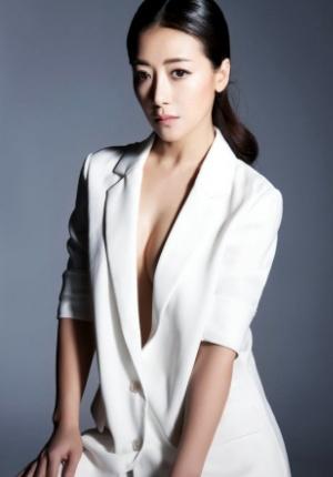 陈紫函真空上阵时尚写真 穿白西服透性感美胸