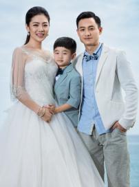 杨威夫妇拍浪漫婚纱写真 呆萌杨阳洋随行抢镜