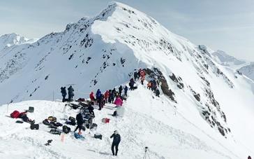 《绝命海拔》幕后拍摄直击 冰封雪山美丽又危险
