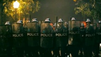 《石墙》精彩片段 同性恋团体正面挑衅警察方阵