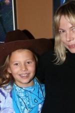 希斯莱杰女儿首度曝光 戴牛仔帽与母亲亲密合照