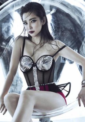李冰冰封面写真性感妖娆 红唇深V长裙彰显女王范