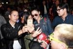 张柏芝现身机场与粉丝合影 祝福锋菲有个好结果