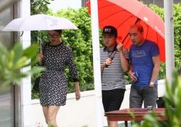 王祖蓝李亚男冒雨看新居 撑巨伞细心为妻子挡雨