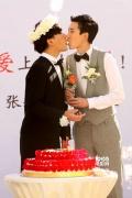 昔日快男金朴俊与同性男友举办婚礼 当众拥吻