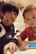 TFBOYS易烊千玺陪弟弟玩 被贴一脸贴纸晒自拍