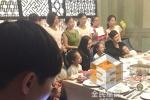 黄晓明夫妇婚后与家人聚餐 现场送助养孩子红包