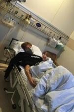 贾乃亮病床上输液摆剪刀手:想老婆孩子和我妈