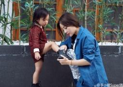 李小璐晒亲子合影蹲地为女儿穿鞋 甜馨表情高冷