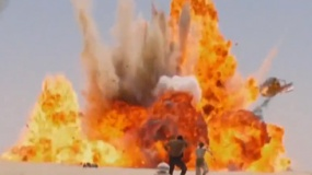 《星球大战7》精彩片段 雷与芬逃亡飞船遭到炸毁