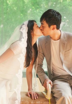 朱亚文与妻子沈佳妮曝婚纱照 耳鬓厮磨恩爱缠绵