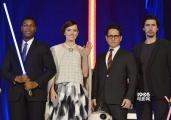 《星球大战7》赴日宣传 黛西红毯搞怪R2-D2现身