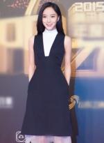 王珞丹亮相品牌活动 背带黑裙显优雅率性十足