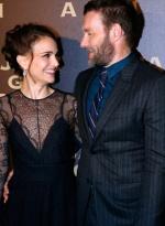 娜塔莉·波特曼亮相新片首映 与埃哲顿亲密拥抱