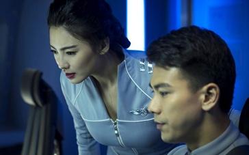 """《蒸发太平洋》曝花絮 张雨绮携""""超人""""玩自拍"""