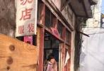 """由刘震云编剧、冯小刚执导、范冰冰领衔主演的电影《我不是潘金莲》今日终于揭开""""神秘面纱"""",曝光一款先导预告。预告片中只公布了女主演范冰冰角色,她一改平日""""女神""""形象颠覆出演夺人眼目。"""