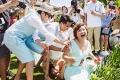 柳岩穿抹胸裙任婚礼伴娘 伴郎团欲扔其下水遭批