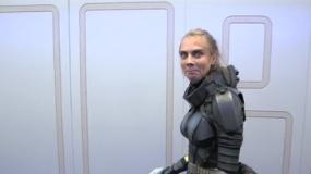 《星际特工》拍摄直击 卡拉着太空战服片场耍宝
