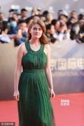 《Aferim》剧组亮相闭幕式 女主演绿裙点亮红毯