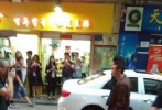 """4月26日,娄烨新片《风中有朵雨做的云》曝出片场照,暌违影坛多年的陈冠希现身,与井柏然拍摄街头戏份,两代偶像演员""""同框""""引发网友关注。"""