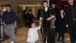 黄奕携女儿现身母爱满满 着天鹅绒裙攻气十足
