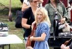 """近日,由泰伦斯·马力克(《生命之树》)导演,全明星阵容的新片《歌至歌》曝出首张海报。四位主演——娜塔莉·波特曼、""""法鲨""""迈克尔·法斯宾德,瑞恩·高斯林和鲁妮·玛拉登场亮相,分别使用了紫、蓝、绿、粉四色滤镜,与影片的摇滚迷幻风格相当契合。中心为一张做旧版的CD包装,上面印有""""爱、沉迷、背叛""""三个英语单词,诠释出影片出题和四位主角间错综复杂的爱恨情仇。"""