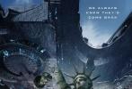 """近日,《独立日2》曝光一组新海报,""""破坏大神""""罗兰·艾默里奇再度""""全球作恶""""。美国自由女神像、英国大本钟、法国埃菲尔铁塔、新加坡空中花园四大地标性建筑毁于一旦,破坏力再次破表。"""