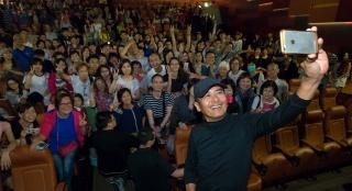 《寒战2》周润发突袭钻石山引轰动 与粉丝玩自拍