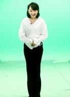 张瑶留短发干净利落 白衣黑裤简约装束尽显大长腿