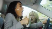 《叛逆母亲》曝光片段 米拉太倒霉被咖啡泼脸