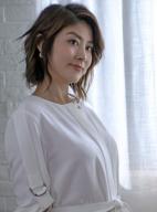 42岁陈慧琳穿睡裙出境 女神气质优雅身材姣好