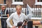 《变形金刚5:最后的骑士》如火如荼拍摄中,剧组目前已经转战至伦敦,导演迈克尔·贝身着白衬衫出现在片场,看工作人员现场为豪车调整、优化设置。大黄蜂的汽车形态依然十分抢眼,而众人身后古色古香的建筑更为影片增添了浓厚的英伦风情。