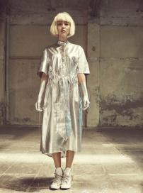 佟丽娅西班牙拍写真攻力十足 银发金属风玩颠覆