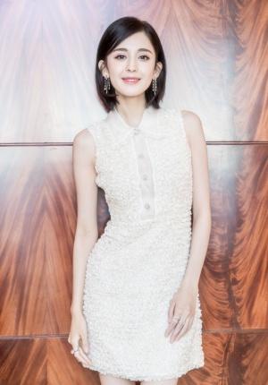 古力娜扎晒出最新美照 着白色连衣裙气质清新