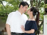陈怡蓉清迈办婚礼与未婚夫亲吻 何润东夫妇道贺