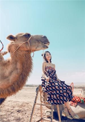 江一燕情迷沙漠 融于自然宛若异域少女神秘灵动