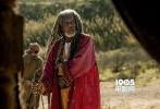 《宾虚》(Ben-Hur)将于10月10 日在国内院线上映。片方今日公布了全新的兄弟对抗版海报和最新30秒中文预告片。海报背景是黄沙飞扬的古罗马斗兽场,犹太王子宾虚与罗马军官米撒拉剑拔弩张,画面充斥着一触即发的不安分和紧张。犹太民族和罗马帝国,宾虚和米撒拉,这对从小一起长大的义兄弟站在各自的阵营,于命运驱使下走向残暴对战,千钧一发的战马车赛,将挑起古罗马政坛的风起云涌,也再次吊起影迷们对电影的期待。