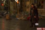 """超级英雄大片《奇异博士》(Doctor Strange)国内定档11月4日(周五)与北美同步上映,中国特别版预告片与海报也一并曝光。作为漫威全新系列电影的开山之作,由""""卷福""""本尼迪克特·康伯巴奇(Benedict Cumberbatch)主演的《奇异博士》将展现令人耳目一新的视觉特效,扭转乾坤的惊艳场景也将颠覆影迷对于漫威电影宇宙的认知。同时迪士尼影业也正式宣布,影片主演本尼迪克特·康伯巴奇、女主角蒂尔达·斯文顿(Tilda Swinton)、导演斯科特·德瑞克森(Scott Derrickson) 将于10月16日空降上海,出席红毯及粉"""