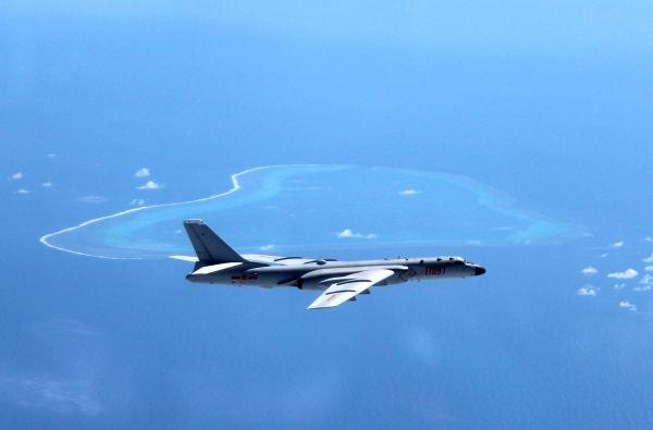 近日,空军轰-6K飞机在黄岩岛等岛礁附近空域巡航。新华社发(刘锐摄)
