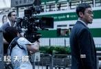 """十月内地电影市场风云暗涌,《湄公河行动》《从你全世界路过》《爵迹》《王牌逗王牌》国庆""""四神兽""""的票房争夺大战硝烟未平,于中下旬上映的大片已蓄势待发。由谢霆锋、刘青云、佟丽娅、范晓萱领衔主演的《惊天破》将于10月21日登陆全国院线,片方发布了""""双雄对决""""版特辑和海报,谢、刘二人继《消失的子弹》后双影帝再度合璧,为观众献上一场惊险刺激的探案奇缘,更有""""重口""""剧照海量曝光,一一揭开幕后制作的辛酸苦辣。"""